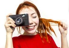 Ragazza sorridente della testarossa con vecchio camer Immagine Stock Libera da Diritti