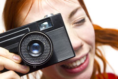 Ragazza sorridente della testarossa con vecchio camer Fotografie Stock Libere da Diritti