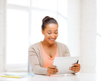 Ragazza sorridente dello studente con il pc della compressa Immagine Stock