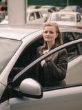 Ragazza sorridente felice che sta vicino all'automobile Fotografia Stock Libera da Diritti