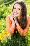 Ragazza sorridente felice con i fiori gialli Immagini Stock