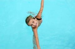 Ragazza sorridente felice nella piscina. Immagine Stock Libera da Diritti