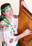 Ragazza sorridente graziosa che canta e che gioca dal bandyra Immagine Stock
