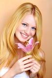 Ragazza sorridente graziosa con il fiore fotografie stock