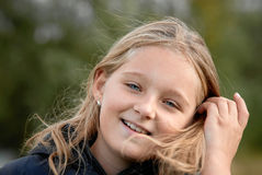 Ragazza sorridente il giorno ventoso fotografie stock libere da diritti