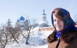 Ragazza sorridente in kerchief tradizionale russo Immagini Stock
