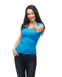 Ragazza sorridente in maglietta blu che mostra i pollici su Fotografia Stock Libera da Diritti