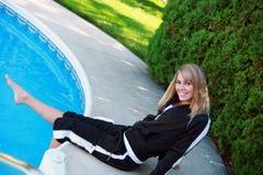 Ragazza sorridente nel vestito di preriscaldamento Fotografie Stock Libere da Diritti