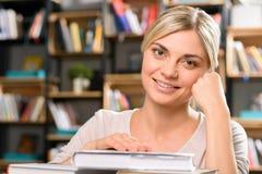 Ragazza sorridente nella biblioteca Fotografie Stock