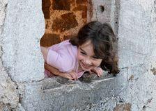Ragazza sorridente nella finestra del castello Immagini Stock Libere da Diritti