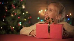 Ragazza sorridente piacevole che dà il regalo di Natale della madre, preparazioni per la vigilia di festa archivi video