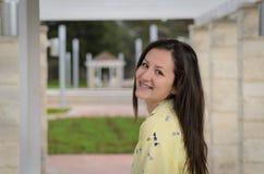 Ragazza sorridente sembrante naturale in parco Fotografie Stock Libere da Diritti
