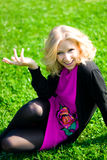 Ragazza sorridente su erba Immagine Stock Libera da Diritti