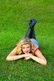 Ragazza sorridente sull'erba fotografia stock libera da diritti