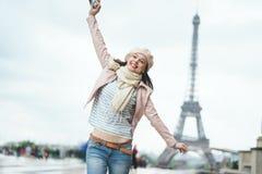 Ragazza sorridente sulla vacanza fotografia stock libera da diritti