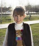Ragazza sorridente sveglia in abbigliamento alla moda Fotografia Stock