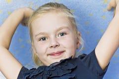 Ragazza sorridente sveglia con le mani ascendenti Fotografie Stock Libere da Diritti