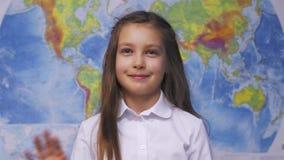 Ragazza sorridente sveglia del bambino in camicia bianca a scuola video d archivio
