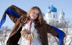 Ragazza sorridente in vestiti tradizionali russi Immagini Stock