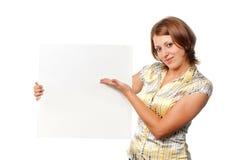 Ragazza sorrisa con la scheda in bianco Immagine Stock Libera da Diritti