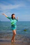 Ragazza sottile del brunette che gode della luce solare fotografia stock