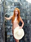Ragazza sotto la doccia in giardino Fotografia Stock