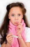 Ragazza spaventata con un termometro Fotografia Stock