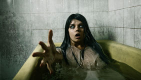 Ragazza spaventosa nel bagno Fotografia Stock