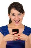Ragazza splendida che manda un sms con il telefono cellulare Fotografia Stock