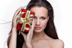 Ragazza splendida con il regalo su fondo bianco Fotografia Stock Libera da Diritti