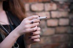 Ragazza splendida con la sigaretta Fotografia Stock