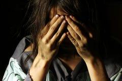 Ragazza sporca povera che grida con le mani sul suo fronte Fotografia Stock