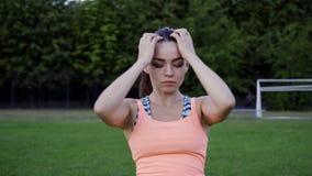 Ragazza sportiva in buona salute che prepara fare esercizio di forma fisica all'aperto sullo stadio stock footage