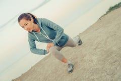 Ragazza sportiva che allunga le sue gambe Fotografie Stock