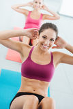 Ragazza sportiva che fa allenamento dell'ABS Fotografia Stock Libera da Diritti