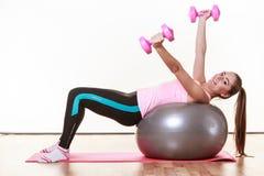 Ragazza sportiva con le teste di legno rosa Immagini Stock