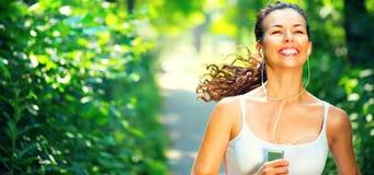 Ragazza sportiva corrente Giovane donna di bellezza che pareggia nel parco immagine stock