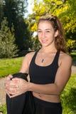Ragazza sportiva della giovane donna sveglia con la cima nera, allenamento all'aperto Fotografie Stock