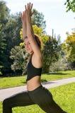 Ragazza sportiva della giovane donna sveglia con la cima nera, allenamento all'aperto Fotografie Stock Libere da Diritti