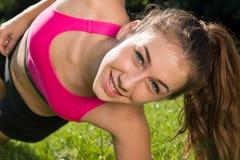 Ragazza sportiva della giovane donna sveglia con la cima rosa, allenamento all'aperto Fotografia Stock Libera da Diritti