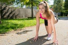 Ragazza sportiva della giovane donna sveglia con la cima rosa, allenamento all'aperto Fotografie Stock Libere da Diritti