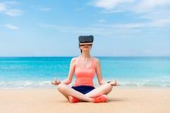 Ragazza sportiva di bella forma fisica che indossa il dispositivo di VR Fotografia Stock Libera da Diritti