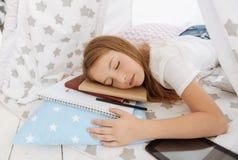 Ragazza stanca che dorme dopo il lavoro dell'assegnazione della casa di persona dura Fotografia Stock Libera da Diritti