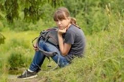 ragazza stanca che riposa vicino alla sua bici dalla strada Fotografia Stock Libera da Diritti