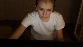 Ragazza stanca dello studente che lavora al computer portatile a casa alla notte nella sala stock footage