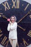 Ragazza stupefacente del ritratto del primo piano nel maglione di lana caldo bianco con capelli d'argento grigi con la lecca-lecc Fotografia Stock Libera da Diritti
