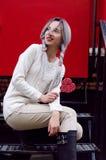 Ragazza stupefacente del ritratto del primo piano nel maglione di lana caldo bianco con capelli d'argento grigi con la lecca-lecc Immagini Stock Libere da Diritti