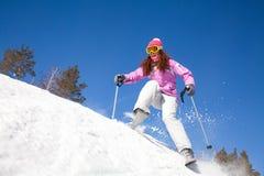 Ragazza su corsa con gli sci della montagna Fotografia Stock Libera da Diritti