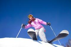 Ragazza su corsa con gli sci della montagna Fotografie Stock