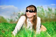 Ragazza su erba verde immagini stock